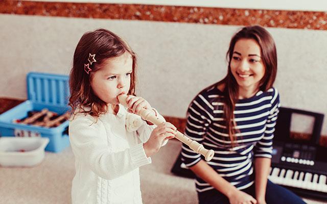 Otrok igra flavto