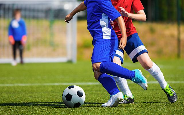 Otrok igra nogomet
